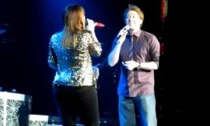 "Kelly Clarkson and Clay Aiken ""Open Arms"" – Biloxi, MI (VIDEO)"